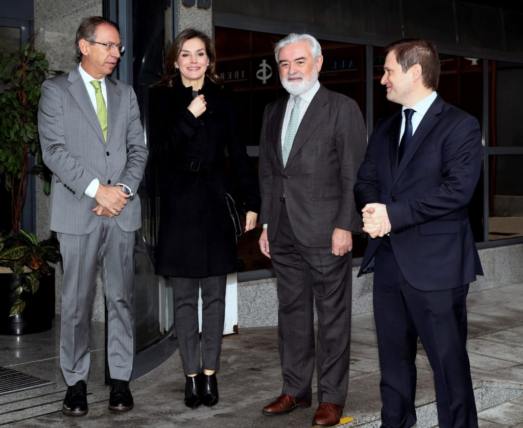 La reina Letizia a su llegada a la Fundéu BBVA con José Antonio Vera, presidente de la Agencia Efe, Darío Villanueva, director de la Real Academia, y Paul G. Tobin, director de Comunicación de BBVA
