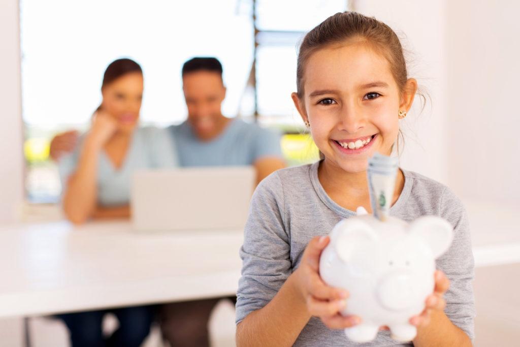 ahorro-niños-seguro-gastos-hijos-futuro-descendencia-garantia-dinero-hucha-recurso