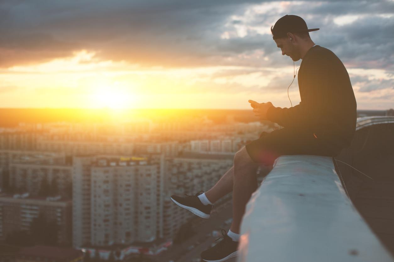 smartphone-joven-azotea-ciudad-edificios-recurso-bbva