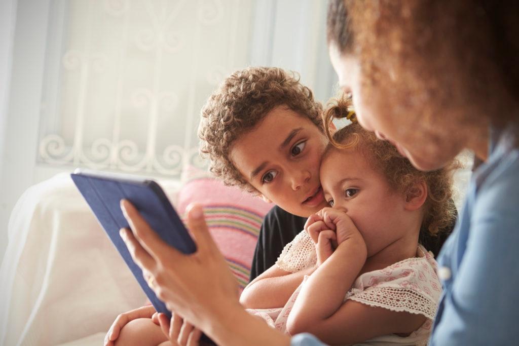 tener-hijos-llegada-bebe-economia-familiar-costes-ser-padres-hermanos-recurso