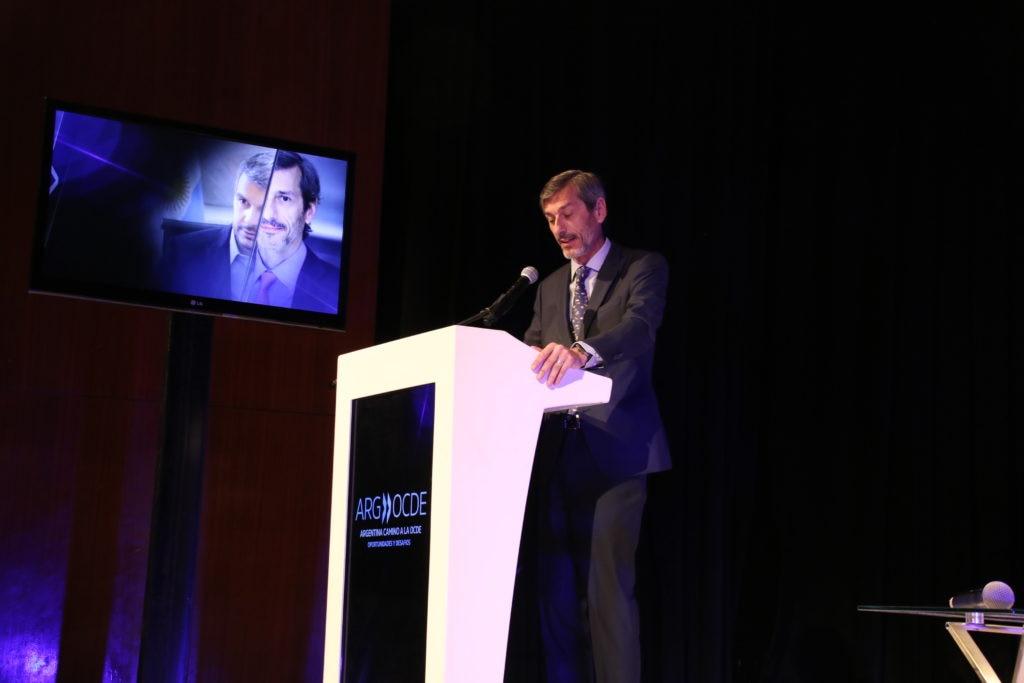 Martín Zarich, country manager de BBVA Francés, modera la sesión de clausura del Foro Estratégico Argentina - Estados Unidos. Argentina en camino a la OCDE: Oportunidades y desafíos.