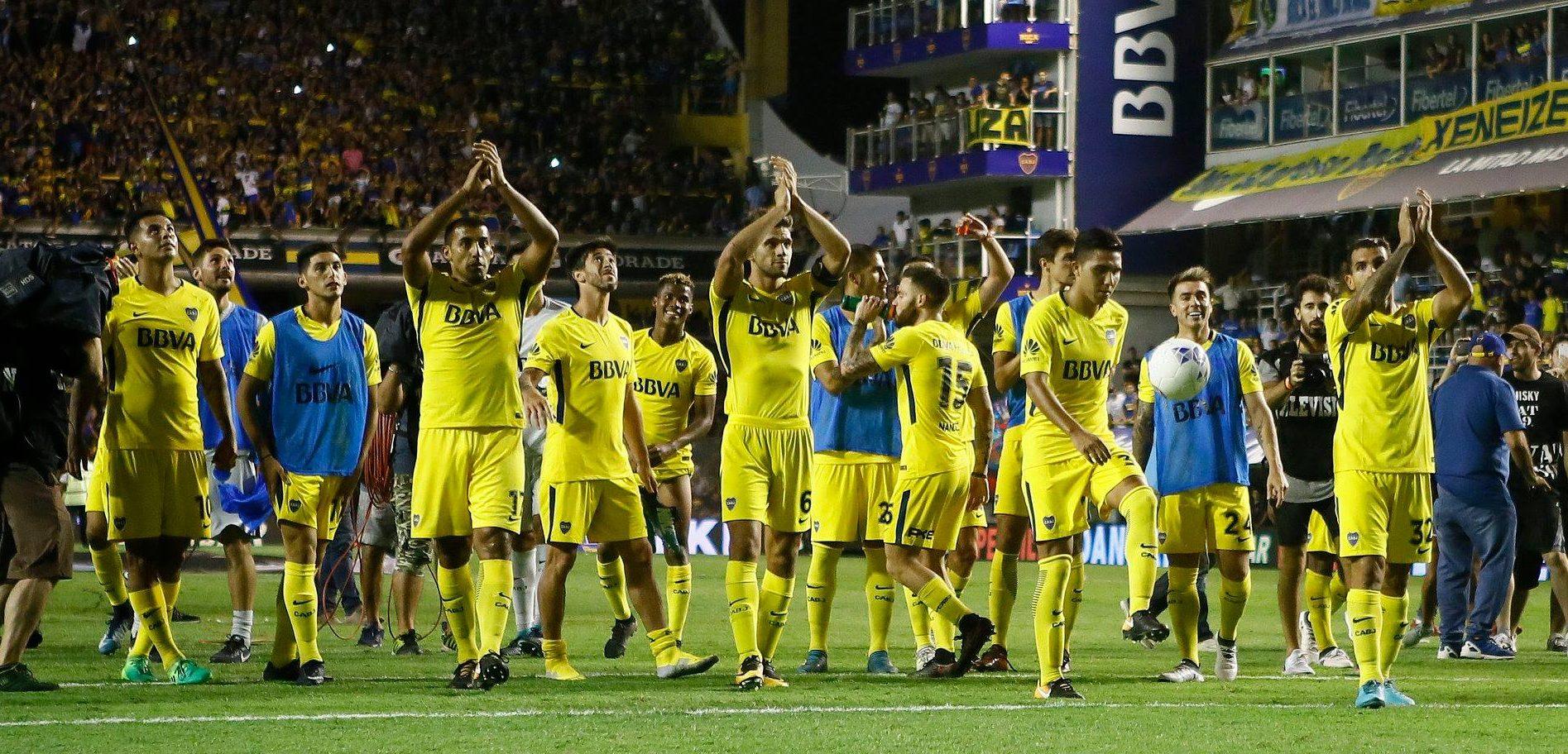 Los jugadores de Boca saludan a su hinchada al final del encuentro con Tigre.