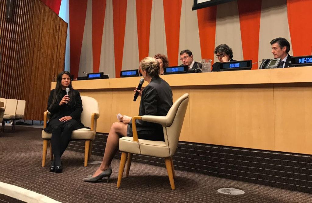 Fotografía de Jessica Hernandez, emprendedora de la FMBBVA, con la embajadora de Colombia ante la ONU