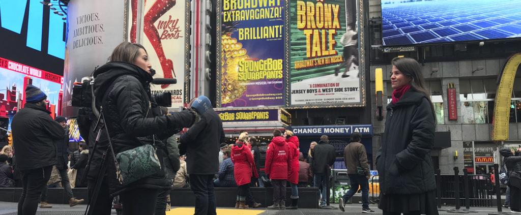 Fotografía de Jessica Hernández, emprendedora de la FMBBVA, en Times Square Nueva York