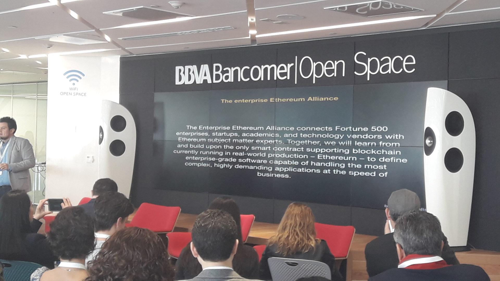 Exposición en BBVA Bancomer | Open Space durante la sesión de Open Talks