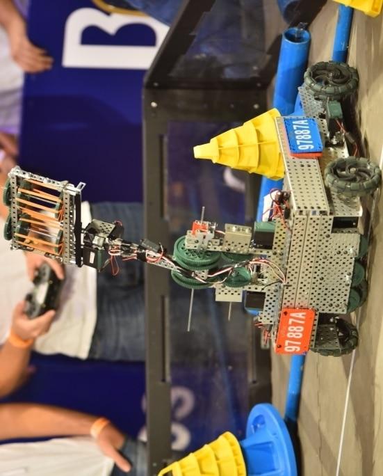 Robot construido por jóvenes del laboratorio de robótica de BBVA Paraguay en el marco del Festechpy