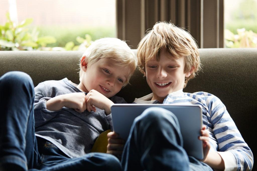 tablet-ninos-jugando-educacion-bbva-recurso
