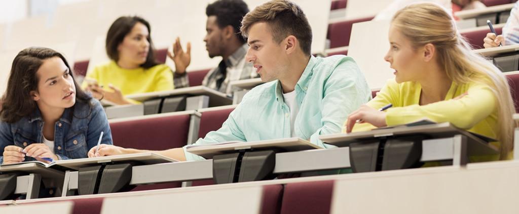 Fotografía de estudiantes, universitarios, Universidad, carrera, estudiar, trabajar, clases, compañeros