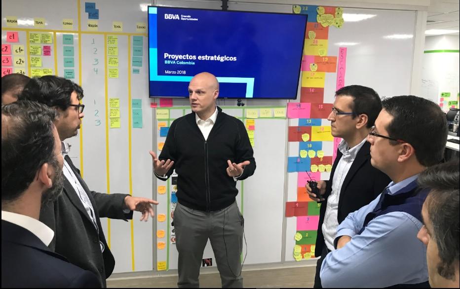 Derek White es informado sobre los proyectos estratégicos en BBVA Colombia