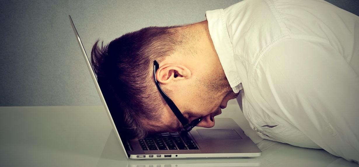 ordenador trabajo hombre cansado desesperación recurso bbva