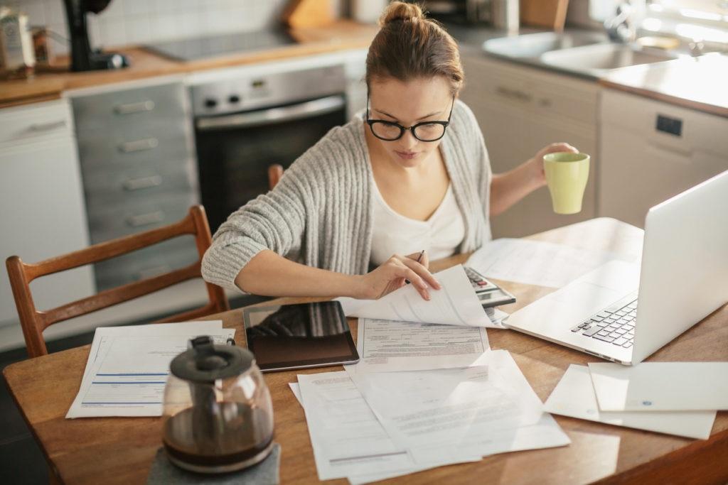 autonomo-mujer-trabajo-casa-papeleo-bbva