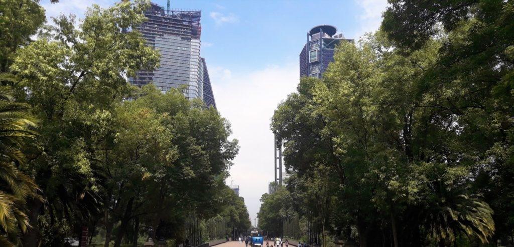 Vista a la Torre Bancomer desde el bosque de Chapultepec