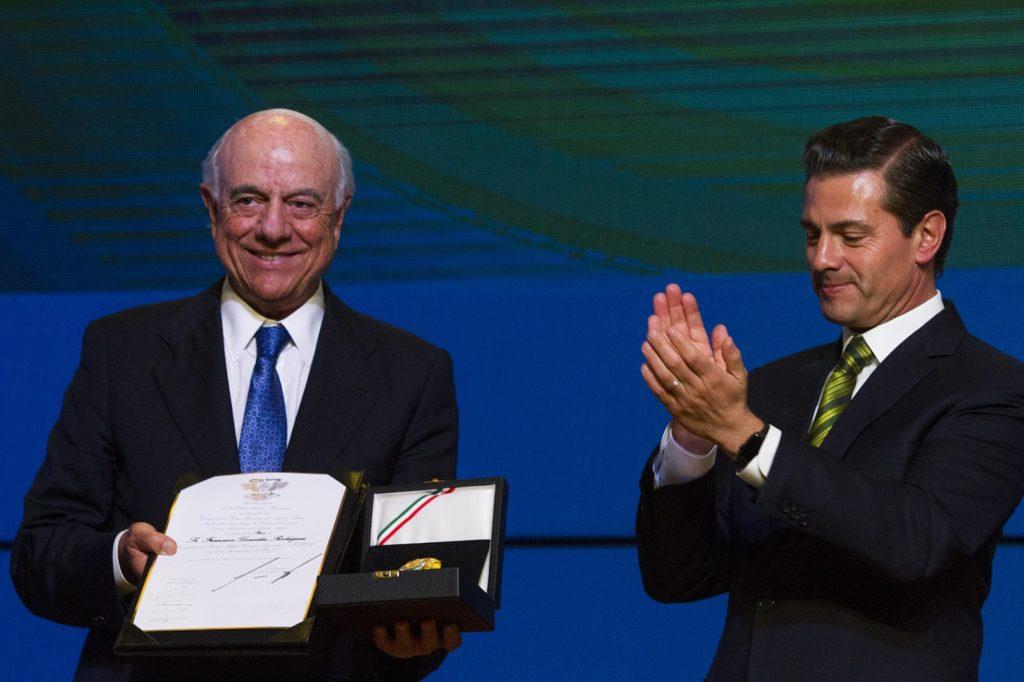 El presidente de BBVA recibe el Aguila Azteca