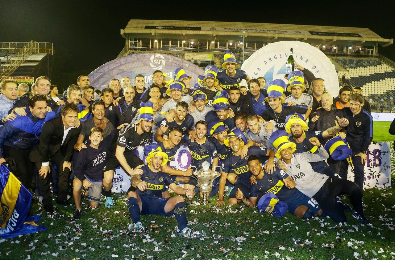 Los jugadores y cuerpo técnico festejan con la Copa