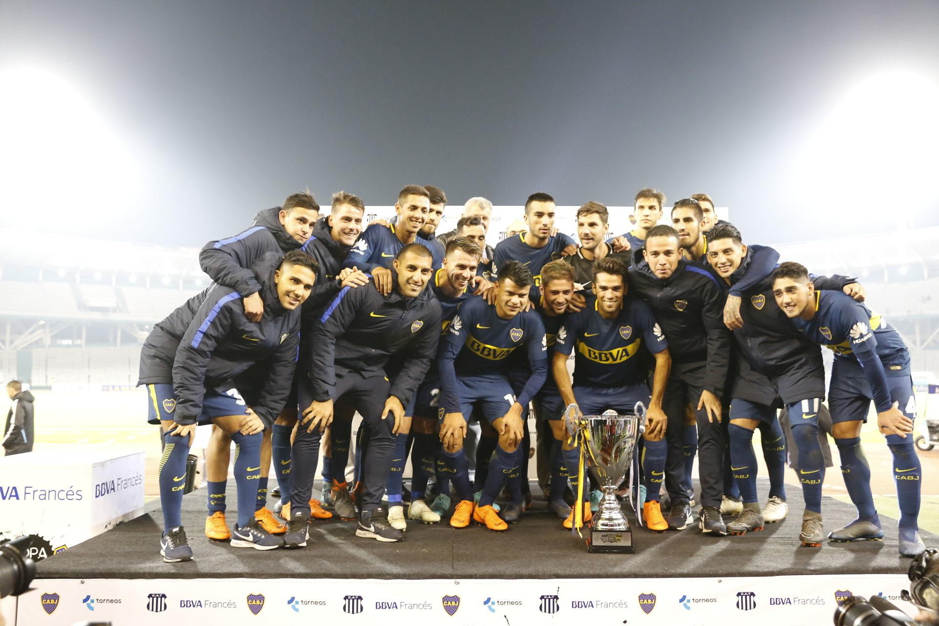 El plantel de Boca posa con la Copa BBVA Francés