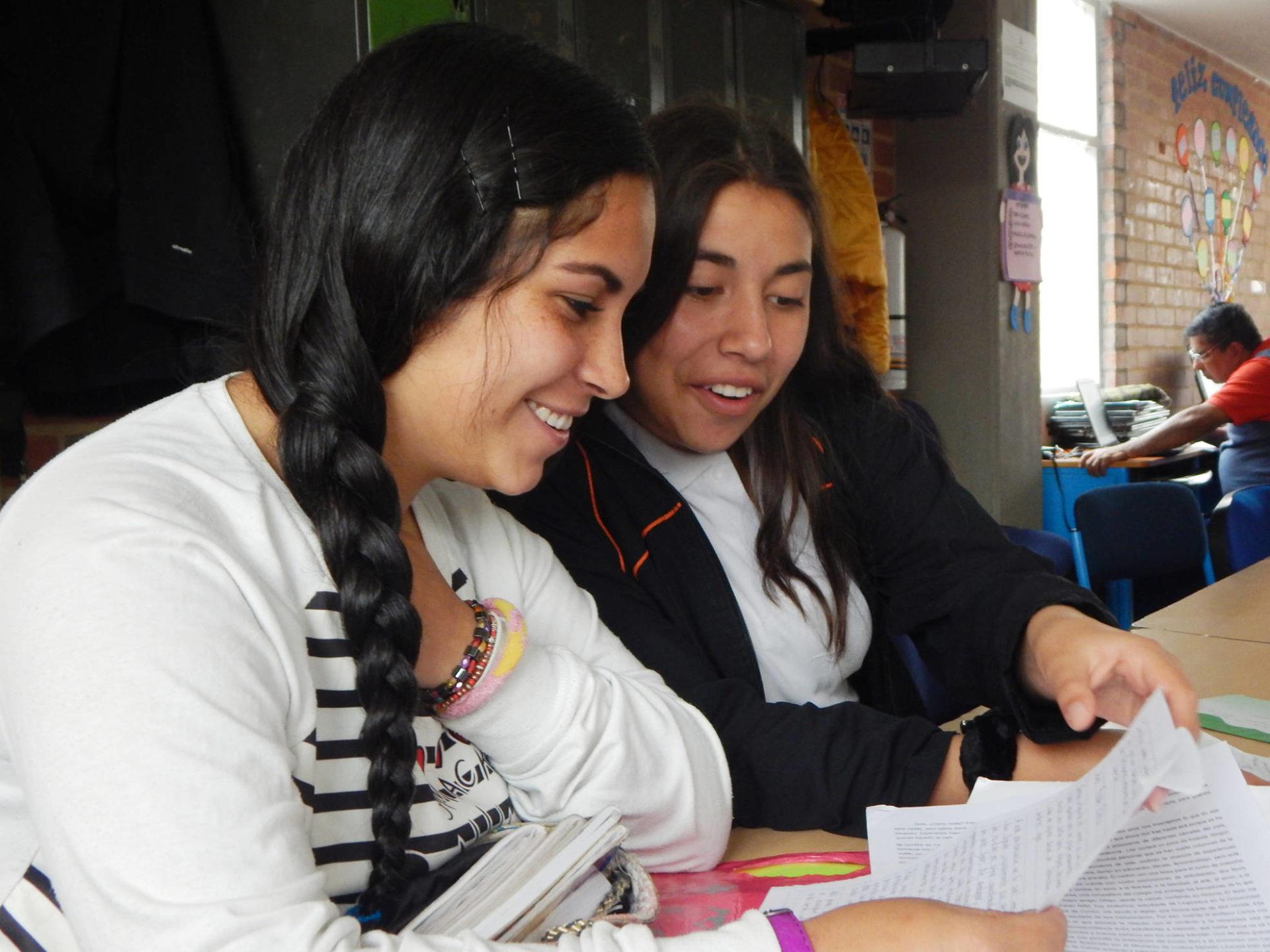Estudiantes-del-colegio-Codama-de-Bogotá-leen-las-cartas-que les envían reclusos de diferentes cárceles del país