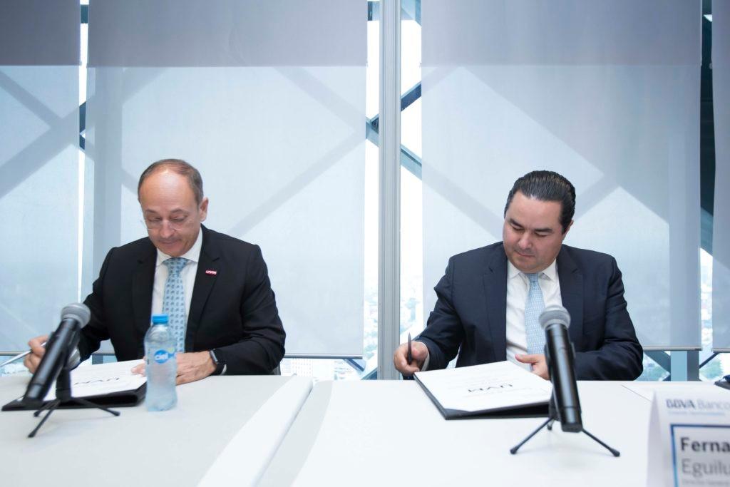 Fernando Eguiluz en la firma de convenio de BBVA Bancomer con la Universidad del Valle de México