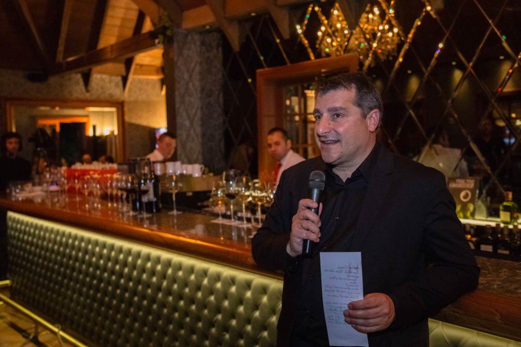 Fotografía de Josep Roca hablando a los invitados a la cena