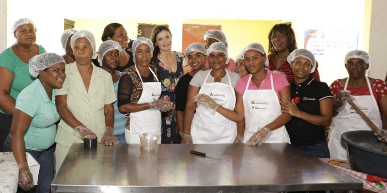 La Reina visita la Asociación de Mujeres la Esperanza que preside Diana Céspedes, emprendedora de la FMBBVA-min