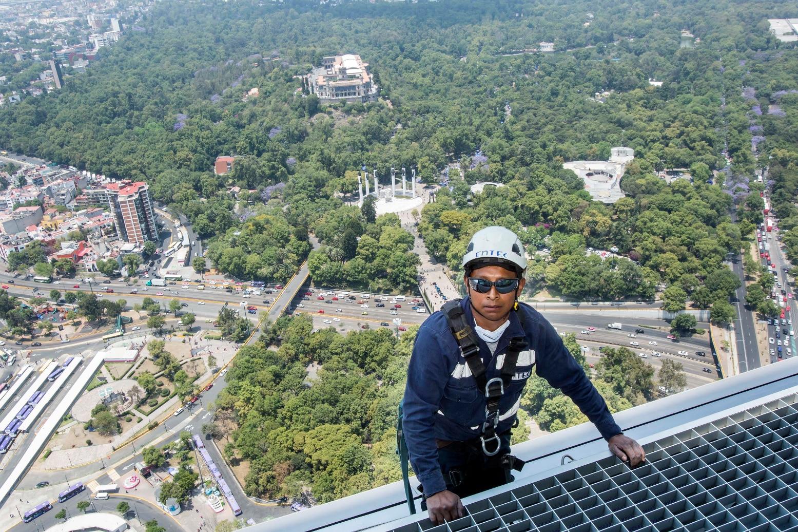 Open House Torre Bancomer, Trabajador en la terraza en piso 48
