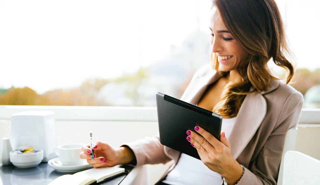 tablet-banca-digital-mujer-comercio-trabajo-bbva