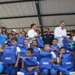 Óscar Cabrera, CEO de BBVA Colombia, entrega morrales a niños de Boyacá