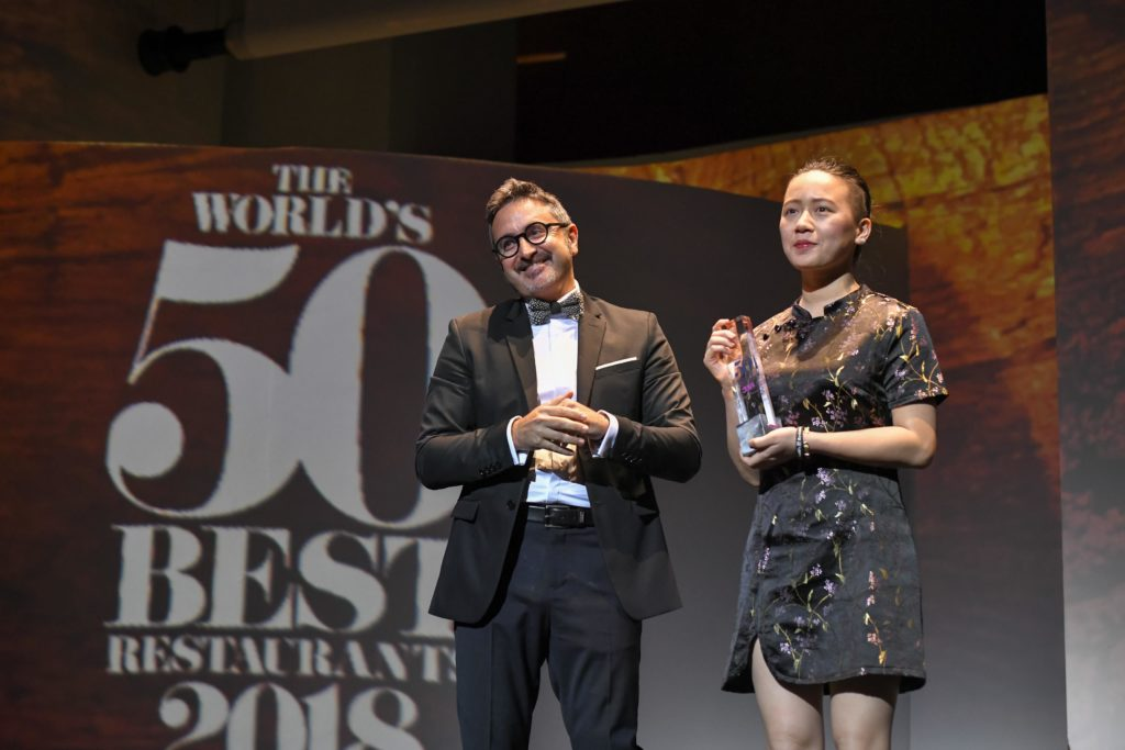 Jessie Liu recibe la Beca 50 Best BBVA de manos de Óscar Moya, director global de Patrocinios y Contenido Corporativo de BBVA (Foto de The Worlds 50 Best Restaurants)