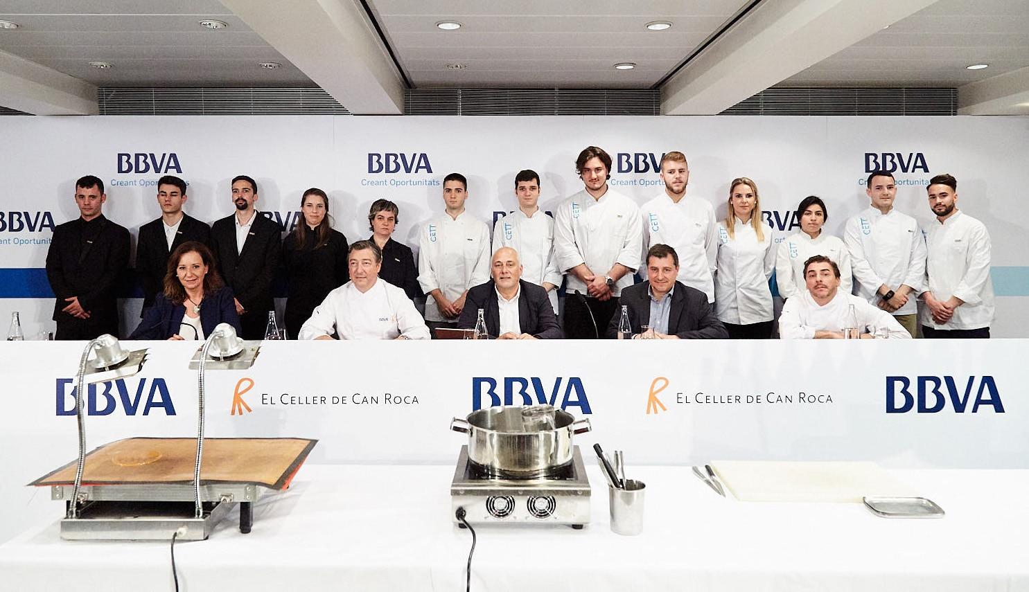 Los 13 aspirantes del CETT posan juanto a los hermanos Roca antes de preparar el servicio de la Gira BBVA