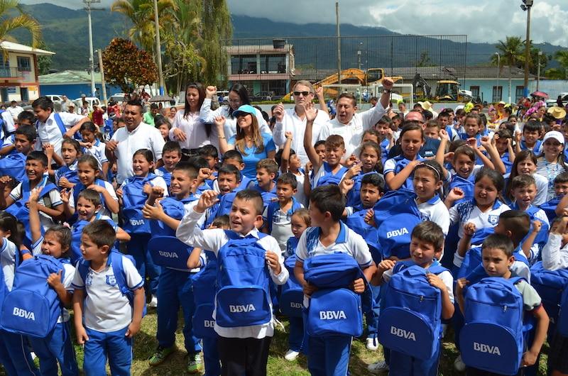 Óscar Cabrera, CEO de BBVA Colombia con niños de Boyacá que recibieron morrales del banco