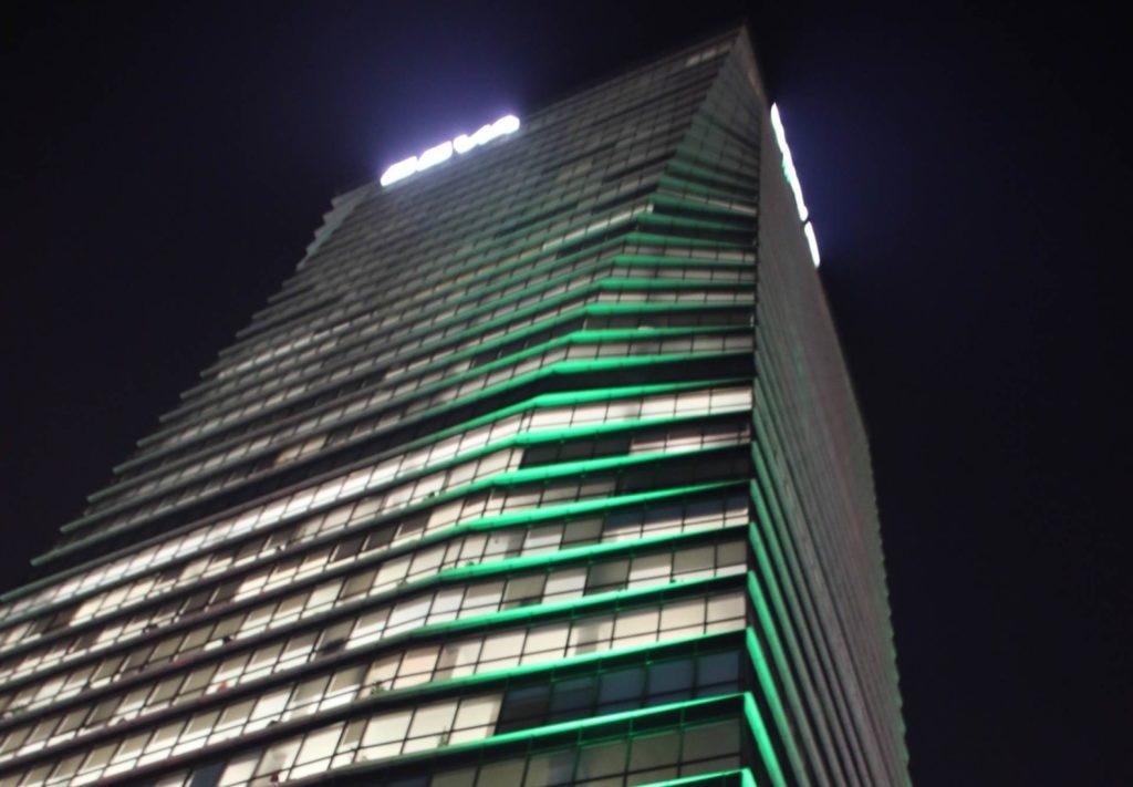 Torre BBVA Francés iluminada de verde