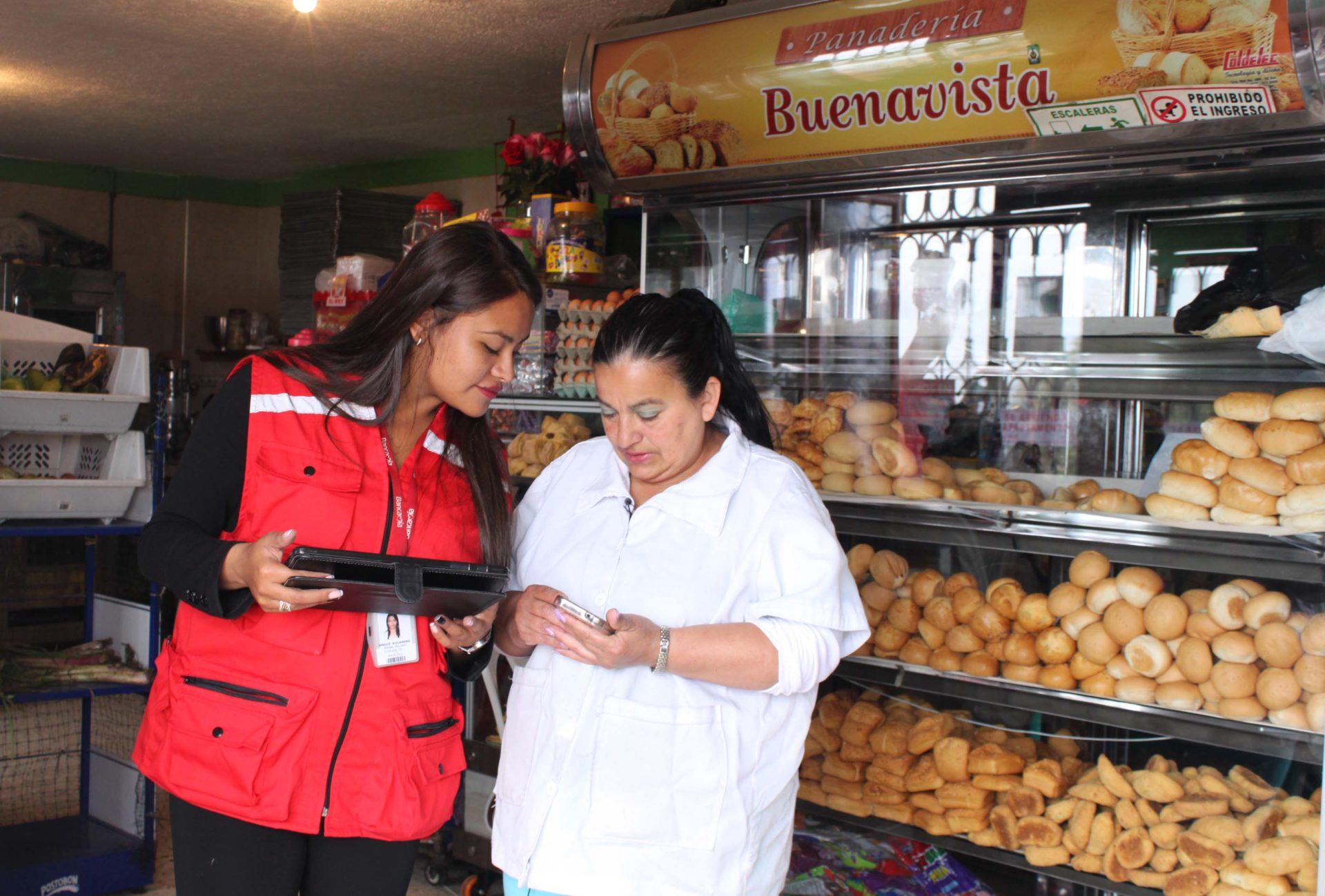 Alejandra Bernal, asesora de Bancamía, entidad colombiana de la Fundación Microfinanzas BBVA, con Celina Delgado