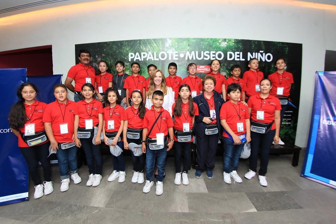 Ganadores de la Olimpiada con la Directora de la Fundación Bancomer