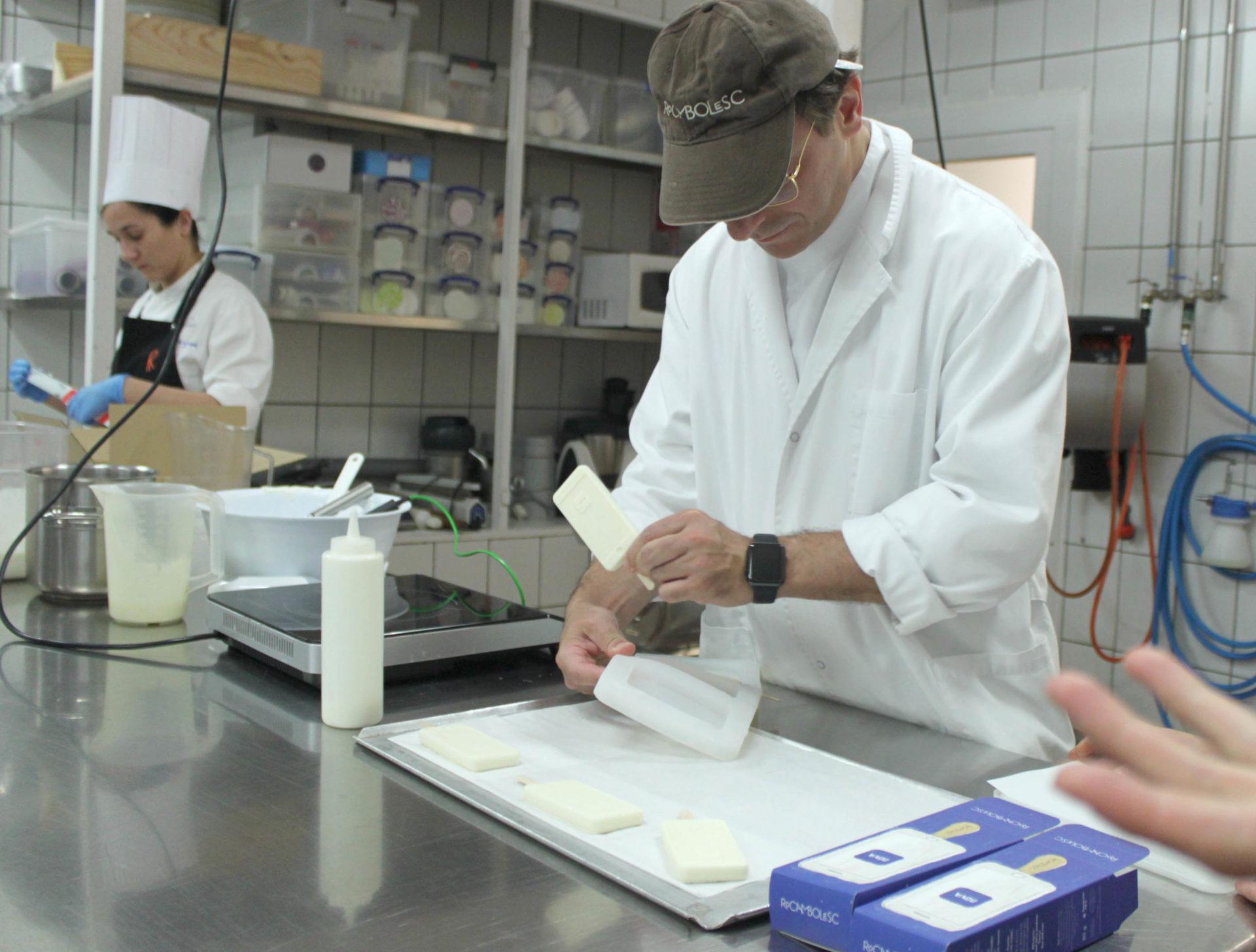 Jordi Roca desmolada el Icephone en el obrador de Rocambolesc