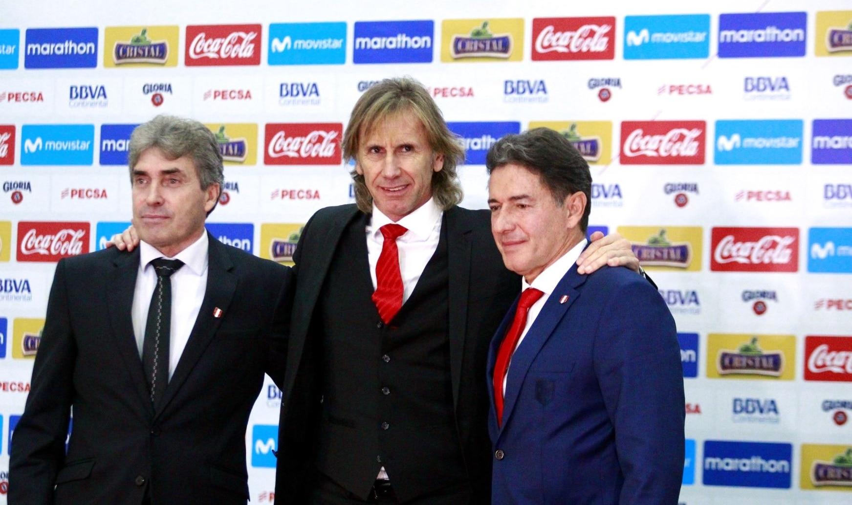Ricardo Gareca al lado de sus colaboradores Bonillo y Santín. BBVA Continental.