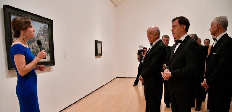 La comisaria de la exposición muestra una de las obras a Francisco González y Rafael Pardo, presidente y director de la Fundación BBVA