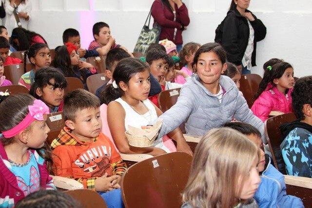 Fotografía de niños entre los 5 y 10 años que comieron y aprendieron en el evento patrocinado por BBVA