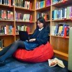 efe estudiante ordenador portatil libros biblioteca estudiar colegio recurso bbva