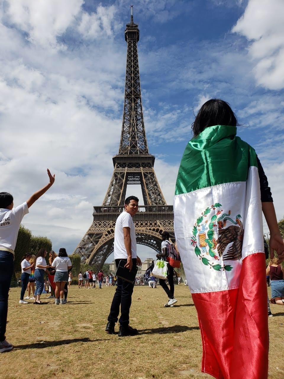 Valeria Romero en París y bandera de México