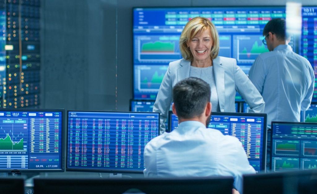 Fotografía de Trader, trading, mujer, ordenadores, sala, pantallas, warrants, sonrisa, trabajo