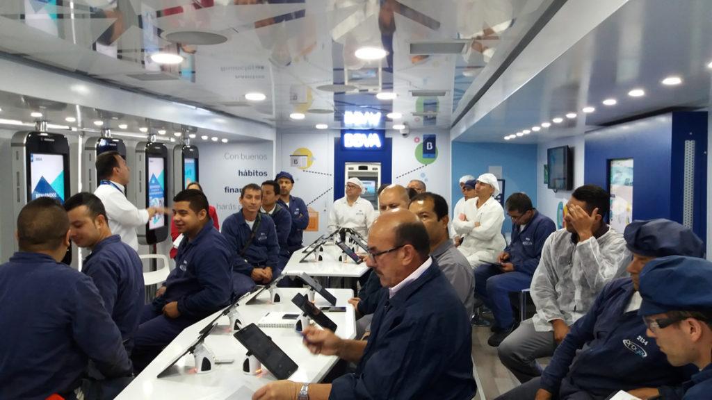 Empleados de una empresa toman los talleres de educación financiera en el Aula móvil de BBVA Colombia