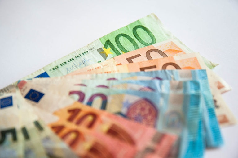 Cuáles son los impactos económicos de una bajada del precio del dinero?