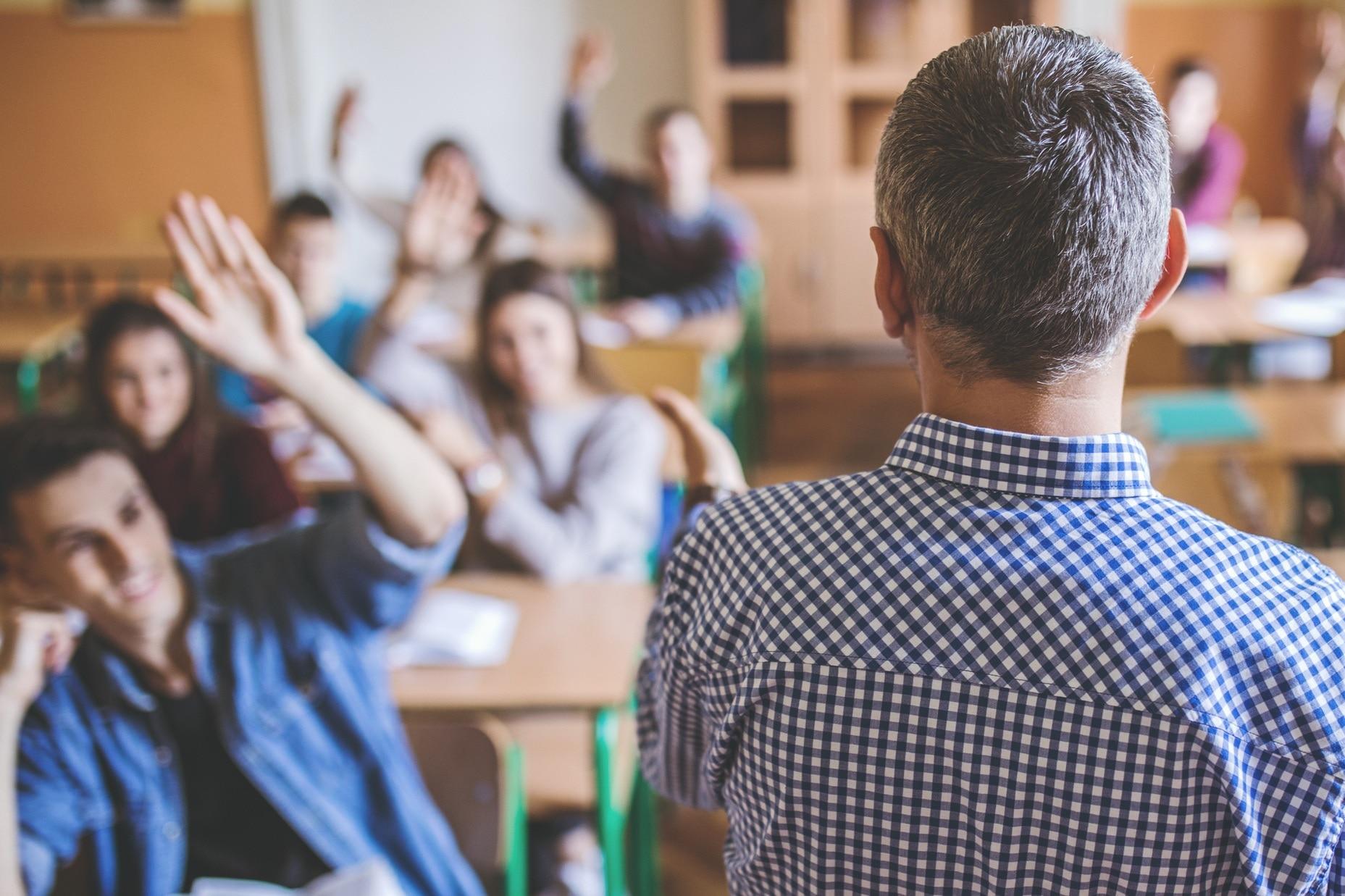 profesor-aula-colegio-bbva