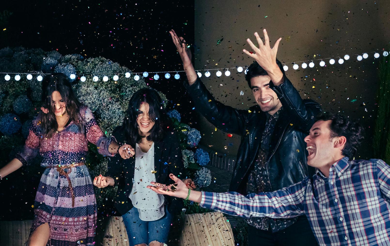 millennial-fiesta-navidad-confeti-jovenes-juventud