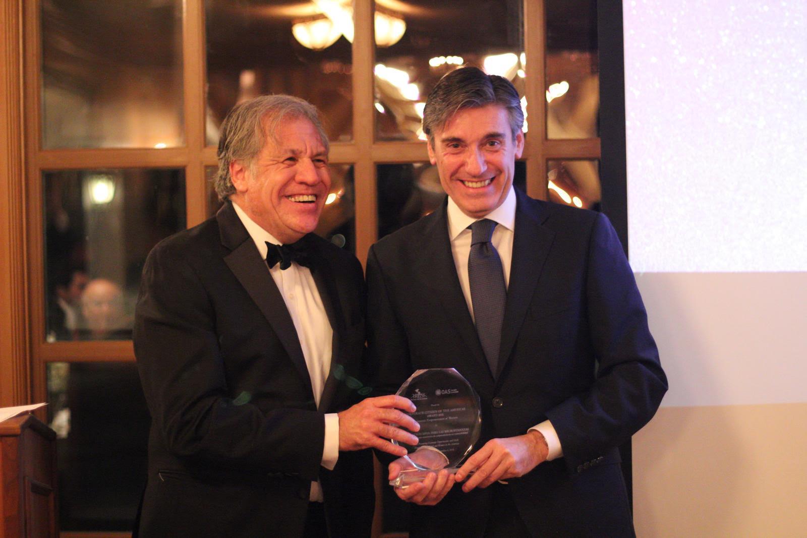 El secretario general de la OEA, Luis Almagro, entrega el premio Ciudadano Corporativo de las Américas 2018 al director general de la FMBBVA, Javier M. Moreno