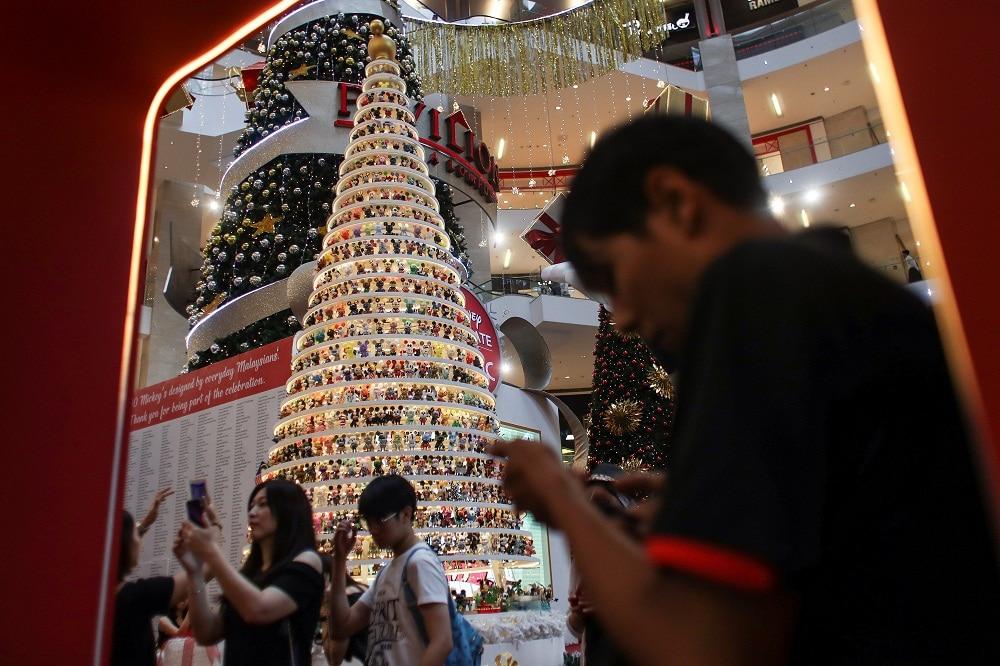 EFE navidad arbol adornos juguetes muñecos disney compras fiestas centro comercial gente recurso bbva