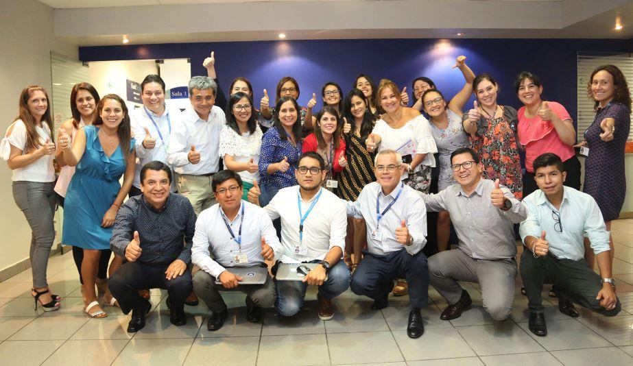 Fotografía del equipo peruano de BBVA Fast Track en compañía de Colombia