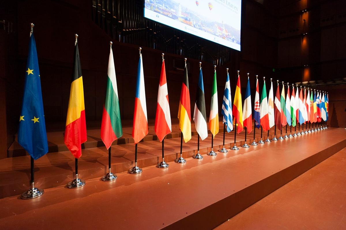 parlamento-europeo-banderas-cambios-futuro-lane-praet-recurso-bbva