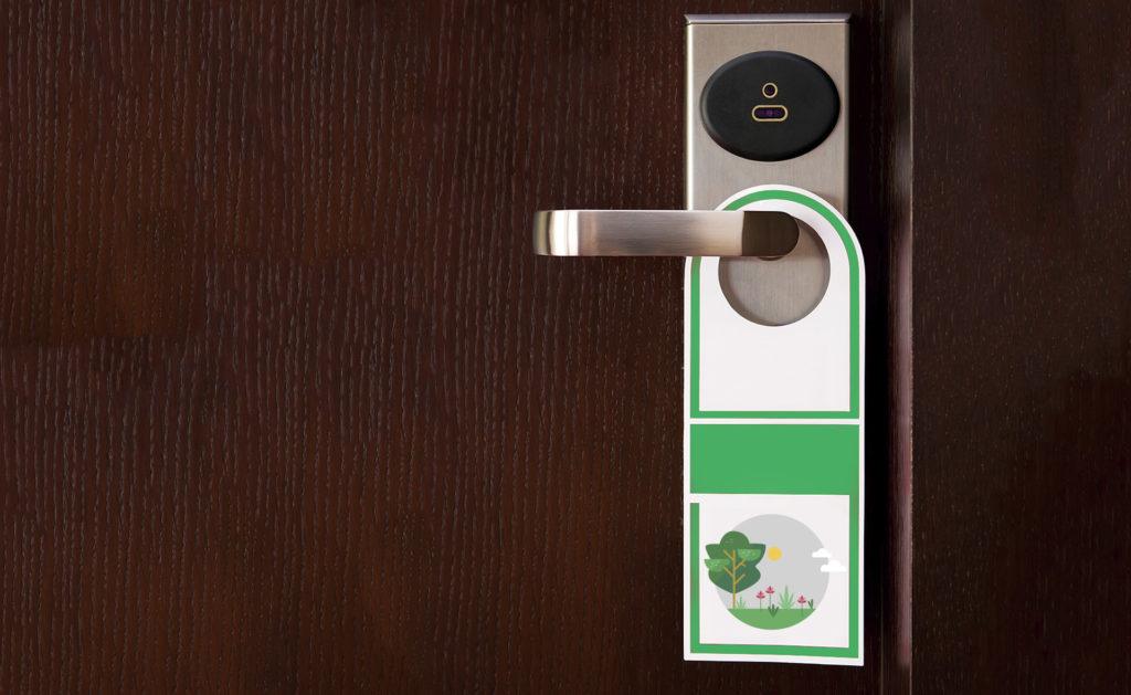 Fotografía de Hotel verde, sostenibilidad, etiqueta, servicio de habitaciones, finanzas sostenibles, puerta, picaporte