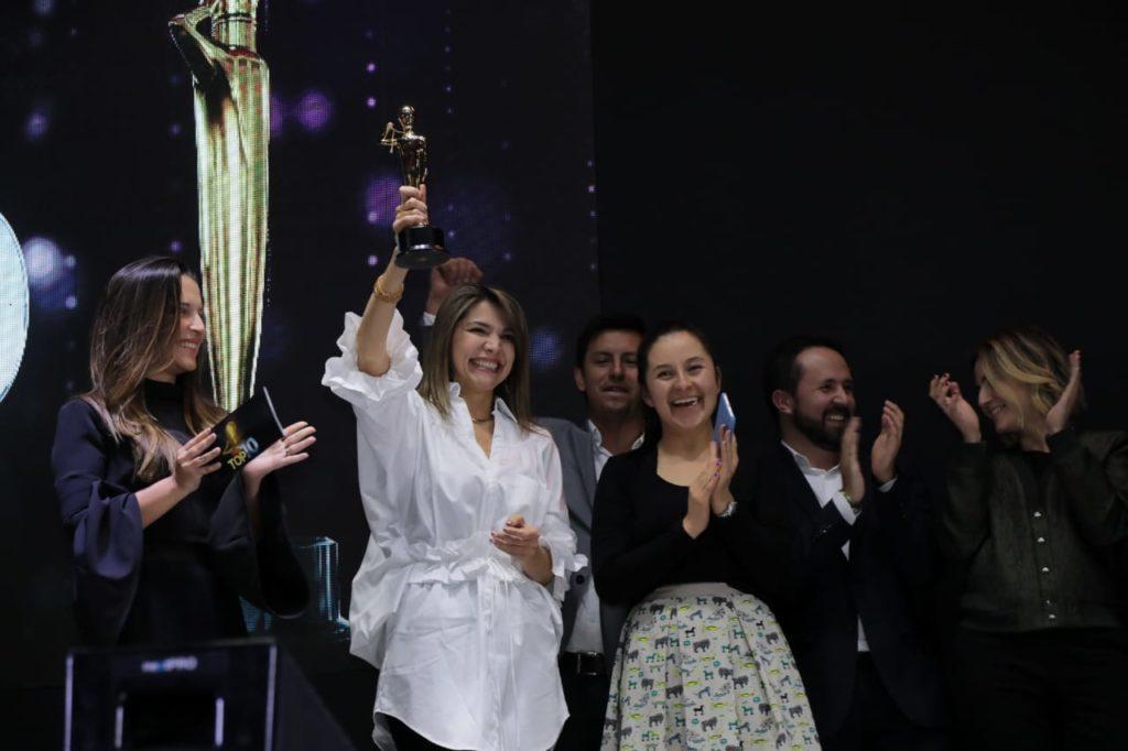 Magda Galindo, directora de Marketing de BBVA Colombia sostiene el Oscar de la Publicidad por P&M en la categoría Campaña integrada