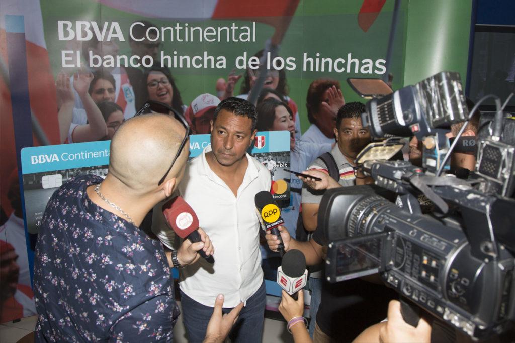 Nolberto Solano atiende a la prensa peruana en la sede central de BBVA Continental.